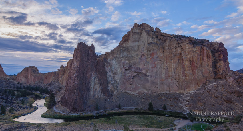 Smith Rock mit Fluß Sonnenuntergang in Oregon, USA