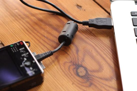 Kamera verbunden mit Laptop zur Datenübertragung