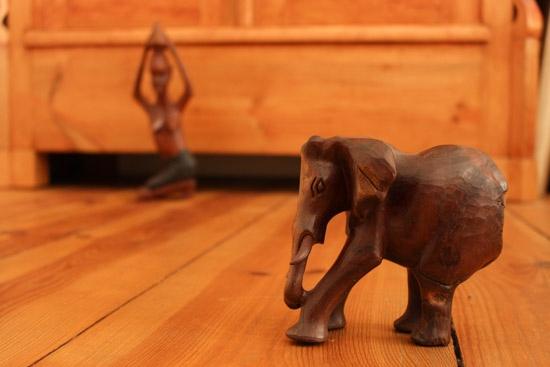 Schärfentiefe Blende f 22 Holzfiguren Elefant Frau